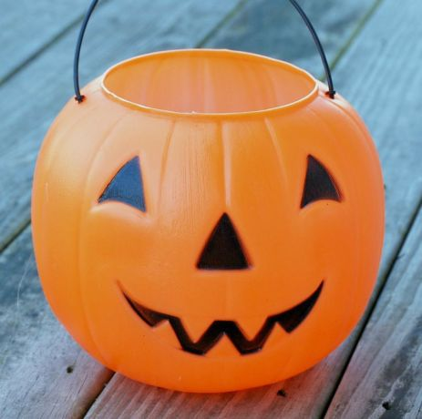 plastic-pumpkin-bucket-makeover-1-1